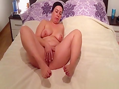 Mature chick drilling her gaping cunt with her skilful fingers