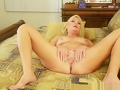 Amateur wife masturbates and makes a hubby cum on her