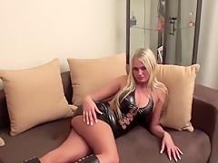 Lack und Leder-Bitch fickt sich zum Orgasmus