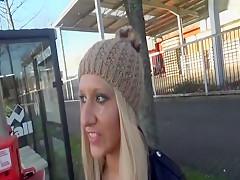 Auf den Bus warten mit
