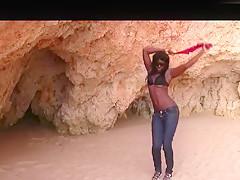 Quicki am Strand mit schwarzem Traumgirl