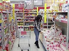 Jeanspiss in der Einkaufshalle