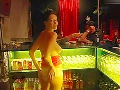 Titten und Fotze in der Disco gezeigt