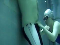 Blowjob Unterwasser im engen blauen Fastskin