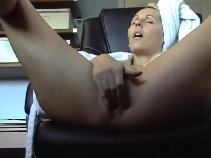 малая мастурбирует скрытая камера - 2