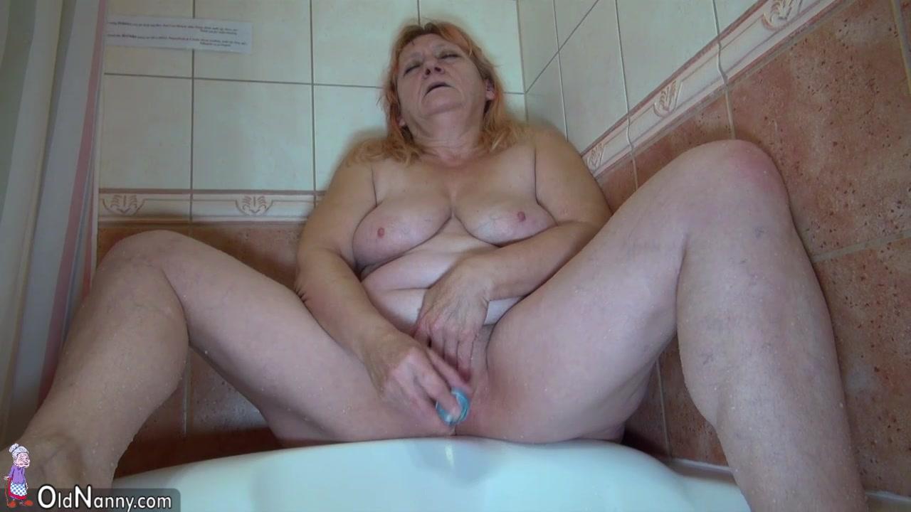 мастурбирует толстушка в ванной вернула
