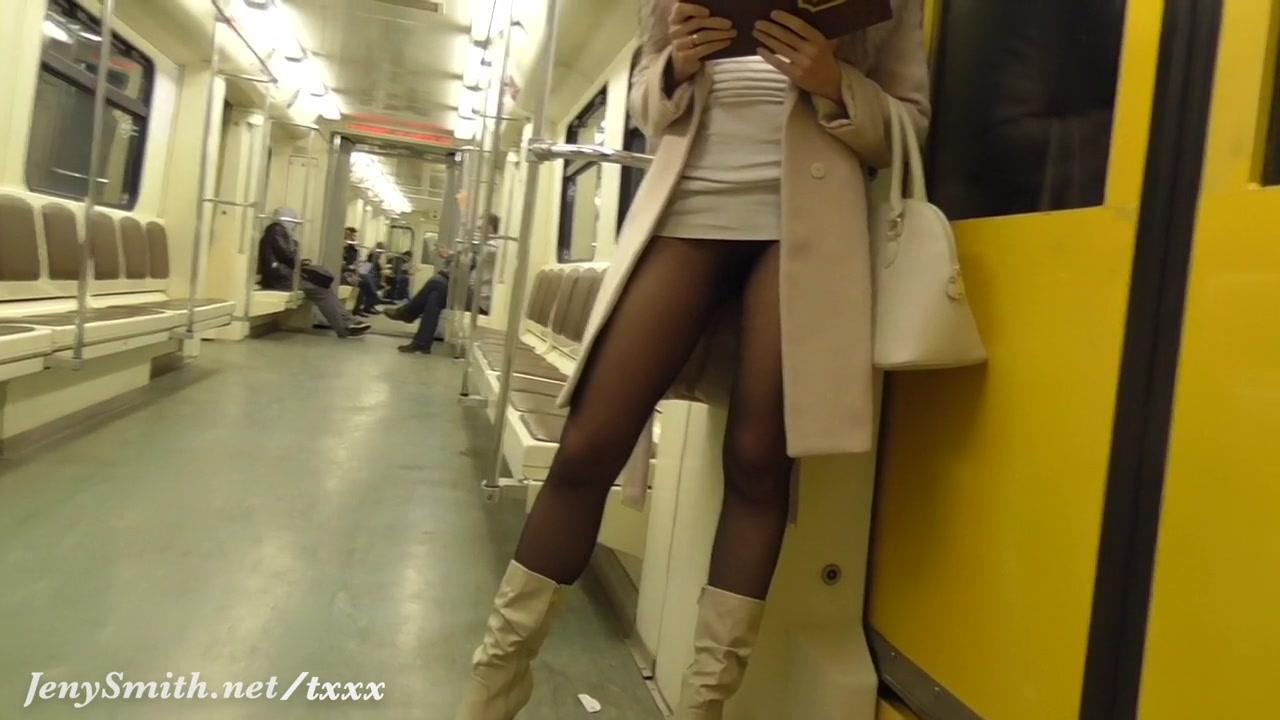 азиатка в метро в юбке карандаш вот